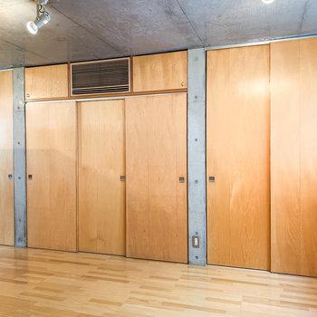 サイドの壁には扉がたくさん。エアコンも埋め込まれています。