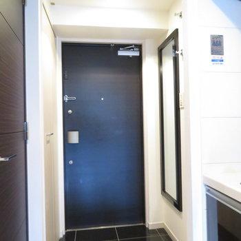 玄関のタイルはブラックです※写真は12階別部屋・反転間取りのものです。