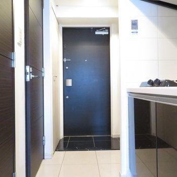 このシックな雰囲気の廊下※写真は12階別部屋・反転間取りのものです。