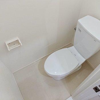 トイレも白で清潔感があります。