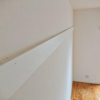 【洋室約6.1帖】溝があるのでフックを掛けられます。