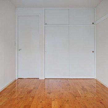 【洋室約6.1帖】生クリームを塗ったみたいな白さですね。