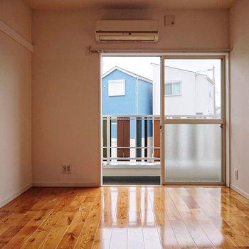 【洋室約6.1帖】コンセントは窓沿いに多く設置されています。