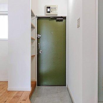 緑の玄関扉が可愛らしい感じ。