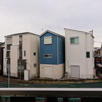 眺望。正面は住宅が立ち並んでいます。