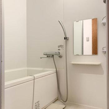 お風呂はシンプルな白※写真はクリーニング前のものです