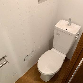 トイレは床面がブラウン※写真はクリーニング前のものです