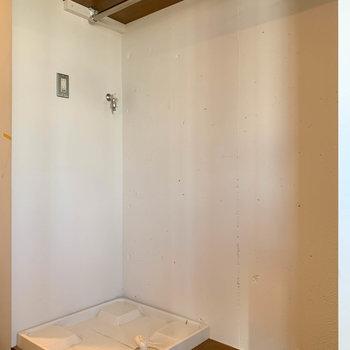 玄関横に洗濯機置き場と、オープンなクローゼット※写真はクリーニング前のものです