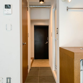 廊下部分へ。右にお風呂、左にトイレがあります