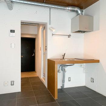 キッチンと、その左側に冷蔵庫が置けそう