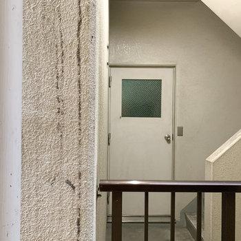 小窓からはお隣さんの共用階段。