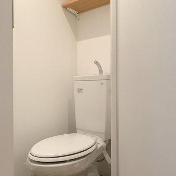 トイレには棚も。