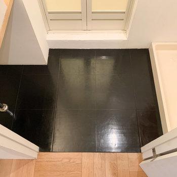 ダーク色の床はカッコイイ雰囲気に。