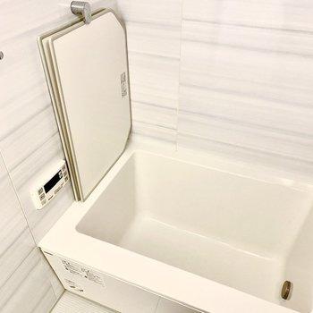 深めの浴槽です。風呂蓋のストッパーがついています。