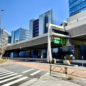 建物前の交差点。