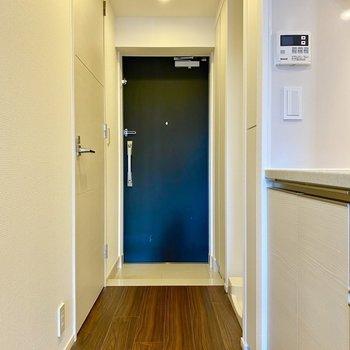玄関。主張し過ぎないブルーが魅力的です。