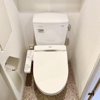お手洗い、チェックな床材がカワイイですね 。