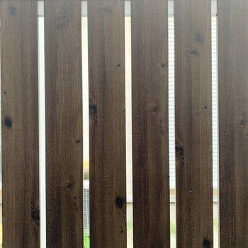 【1階洋室7.5帖】目の前には柵があります。