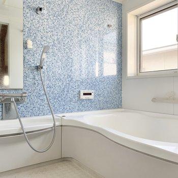 【2階】洗い場広めのバスルームです。※写真はクリーニング前のものです