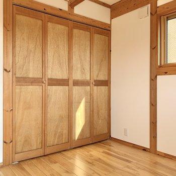 【1階洋室4.5帖】窓側は天井が高くなっています。