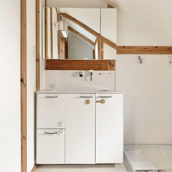 【2階】洗面台は奥です。※写真はクリーニング前のものです
