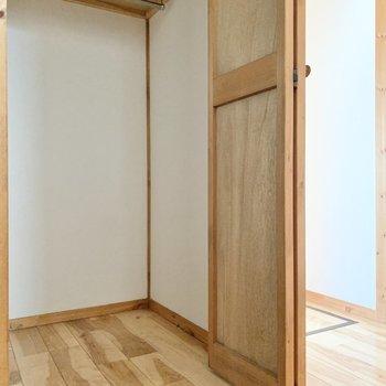 【1階】シーズンものの上着は玄関のクローゼットへ。