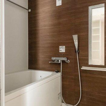 クロスが素敵なお風呂は、嬉しい浴室乾燥機付き。