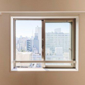 入口右手の小窓からの景色。