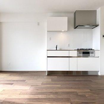 大きくて白い清潔感たっぷりのキッチン!シンクの隣に冷蔵庫を置けますよ。(※写真は6階同間取り別部屋のものです)