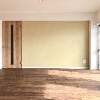 片側はクリーム色のアクセントクロス♡正面のドアの先は玄関です。(※写真は6階同間取り別部屋のものです)