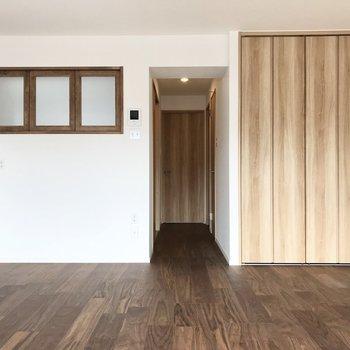 小窓は隣の洋室とつながっています。(※写真は6階同間取り別部屋のものです)