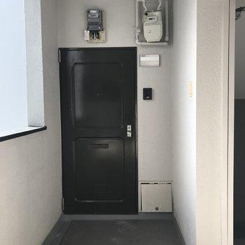 エレベーター降りて1番最初のお部屋です!
