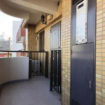 写真奥のドアが今回紹介したお部屋です。