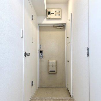 玄関も白でさわやかですね。