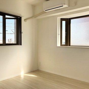 【洋室】コンパクトながら窓が2つついた居室。