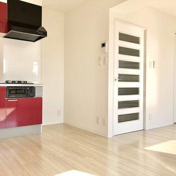 【LDK】キッチン横は冷蔵庫置場になっています。