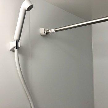 浴室乾燥使用時に役立ちそうなポールもありましたよ。