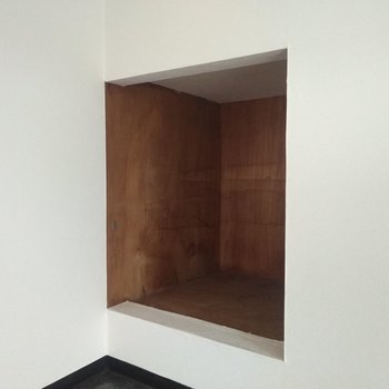 ロフトには少し深めの収納スペース。小さめの収納ボックスを入れることは可能ですよ