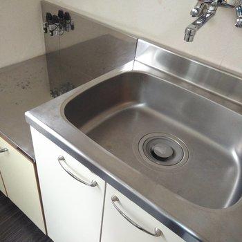 シンプルなキッチン。隣に洗濯機置場あります◎