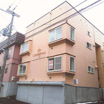 薄いオレンジ色の出窓付きの建物