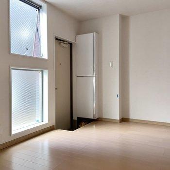 玄関の横に窓が並んでます。
