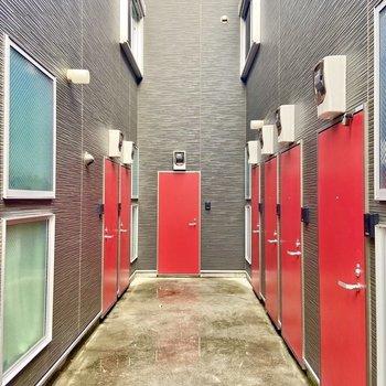 ドアも赤。毎日元気が出そう。