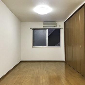 【洋室11帖】細長いお部屋です。形もとってもシンプル。