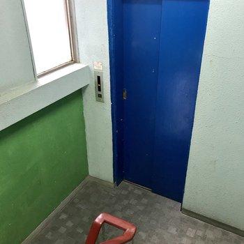 【共用部】真っ青なエレベーター。2階スタートと、ちょっと変わっています。
