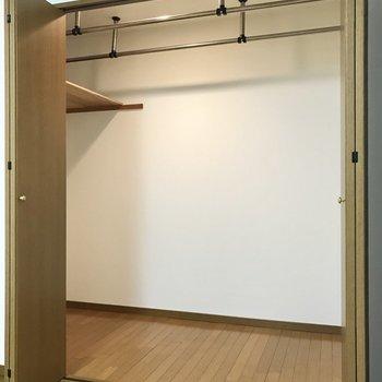 【洋室11帖】そしてウォークインクローゼット!百貨店のエレベーターくらい広い。