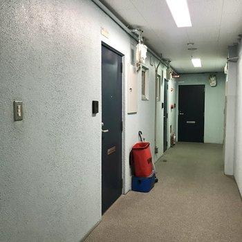 【共用部】階段をのぼったら通路。いちばん奥のドアです。