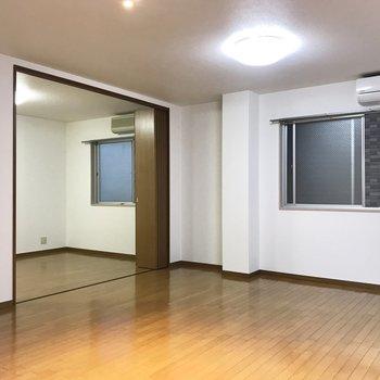 【LDK14帖】となりの洋室とは折りたたみ式ドアで間仕切できます。