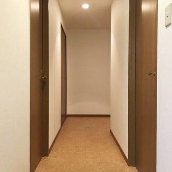 LDKから廊下へ。右側手前は洋室へのとびら。動線バッチリ。