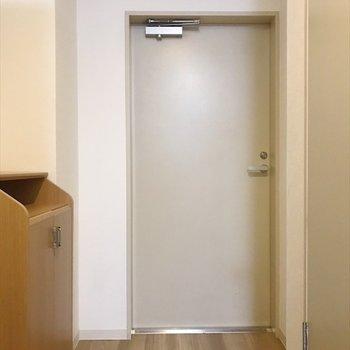 扉はシンプルな感じ。