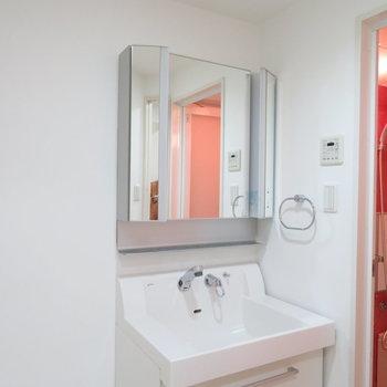 収納たくさんの洗面台(※写真は9階の同間取り別部屋のものです)